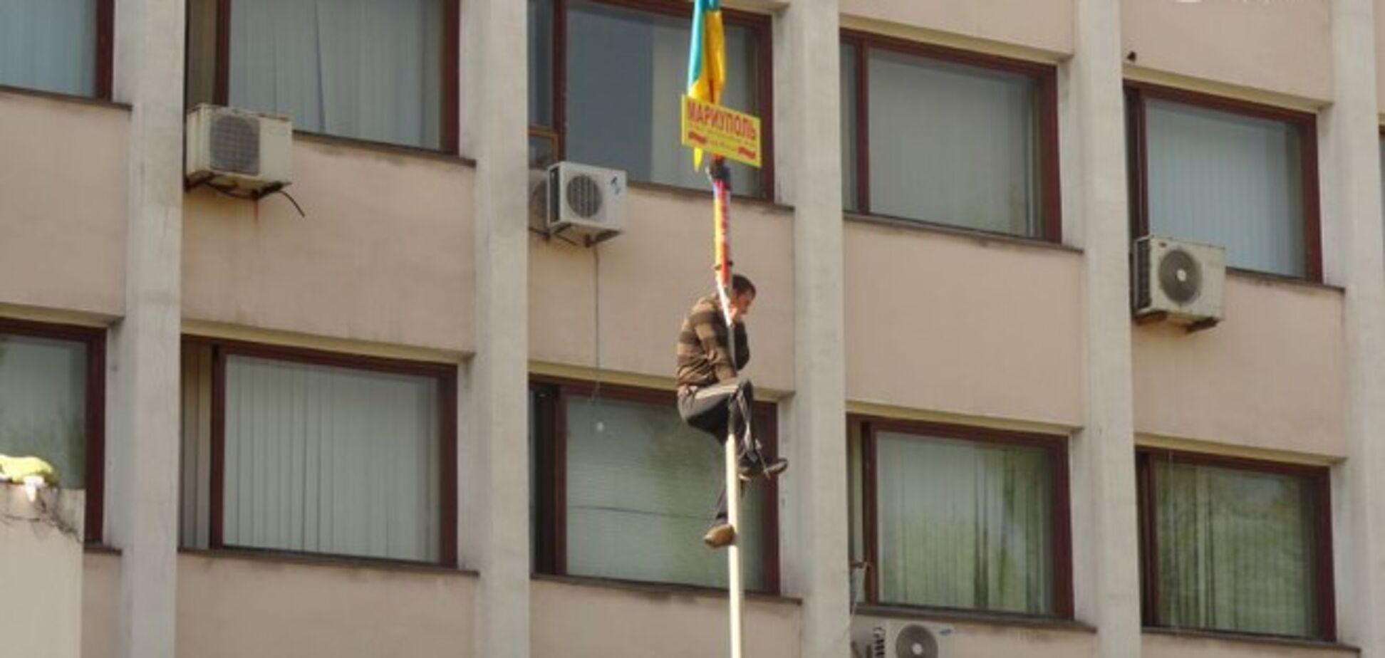 Над звільненим міськрадою Маріуполя вивісили прапор України