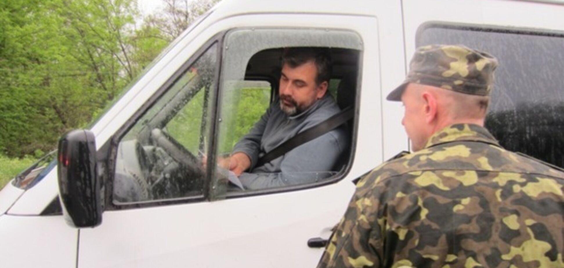 Мирные жители Славянска раздают листовки с призывом к единению