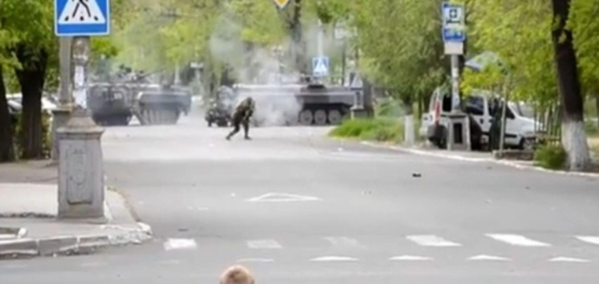 У Маріуполі стріляють з РПГ прямо на вулицях міста. Відеофакт