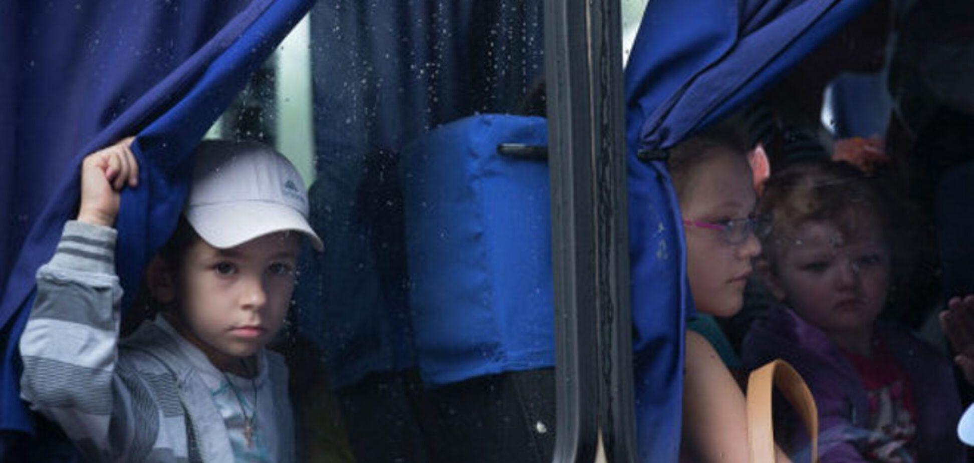 Дети из Снежного, которых террористы вывезли в Россию, уже летят в Днепропетровск - СМИ