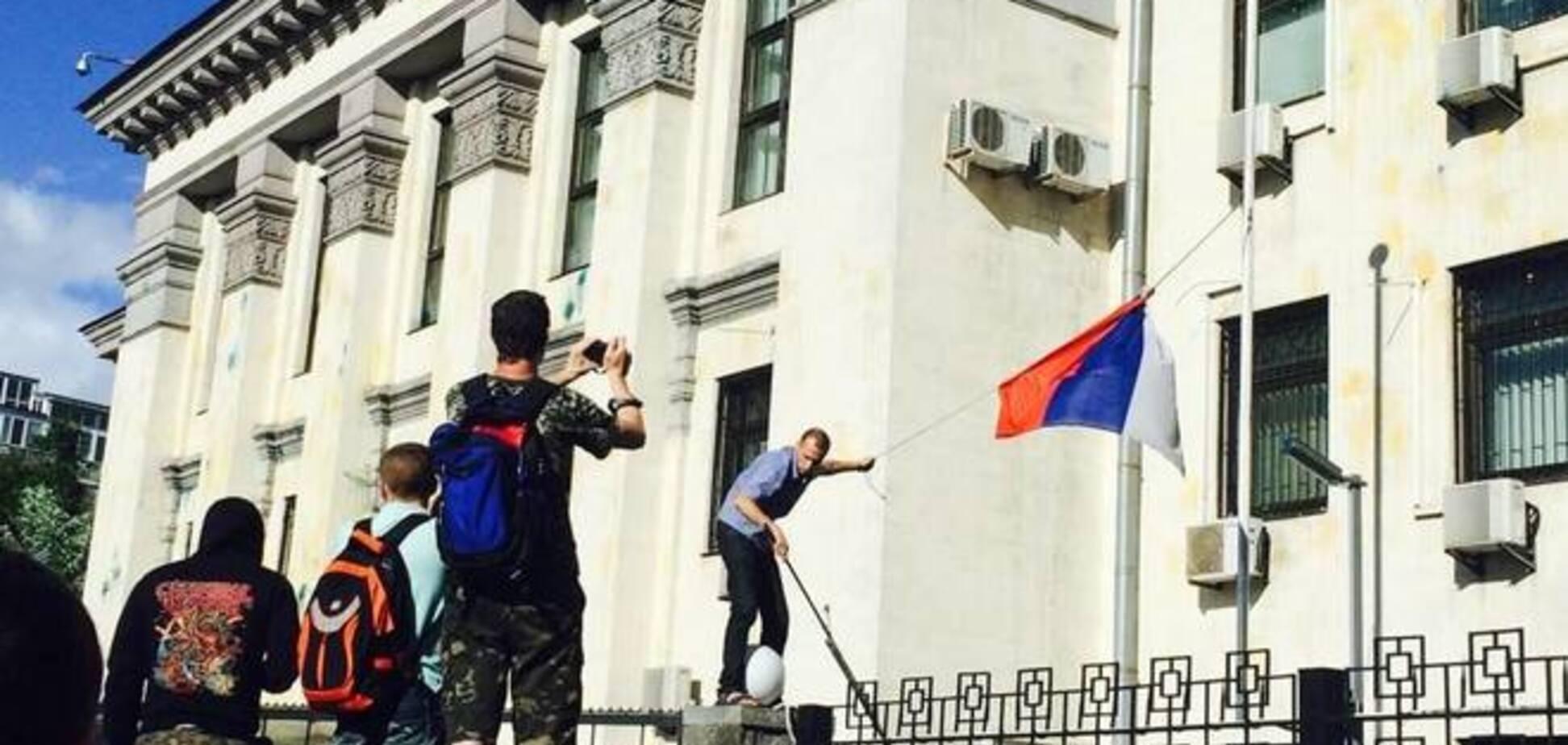 Москва увидела у посольства РФ в Киеве 'фашиствующих молодчиков'