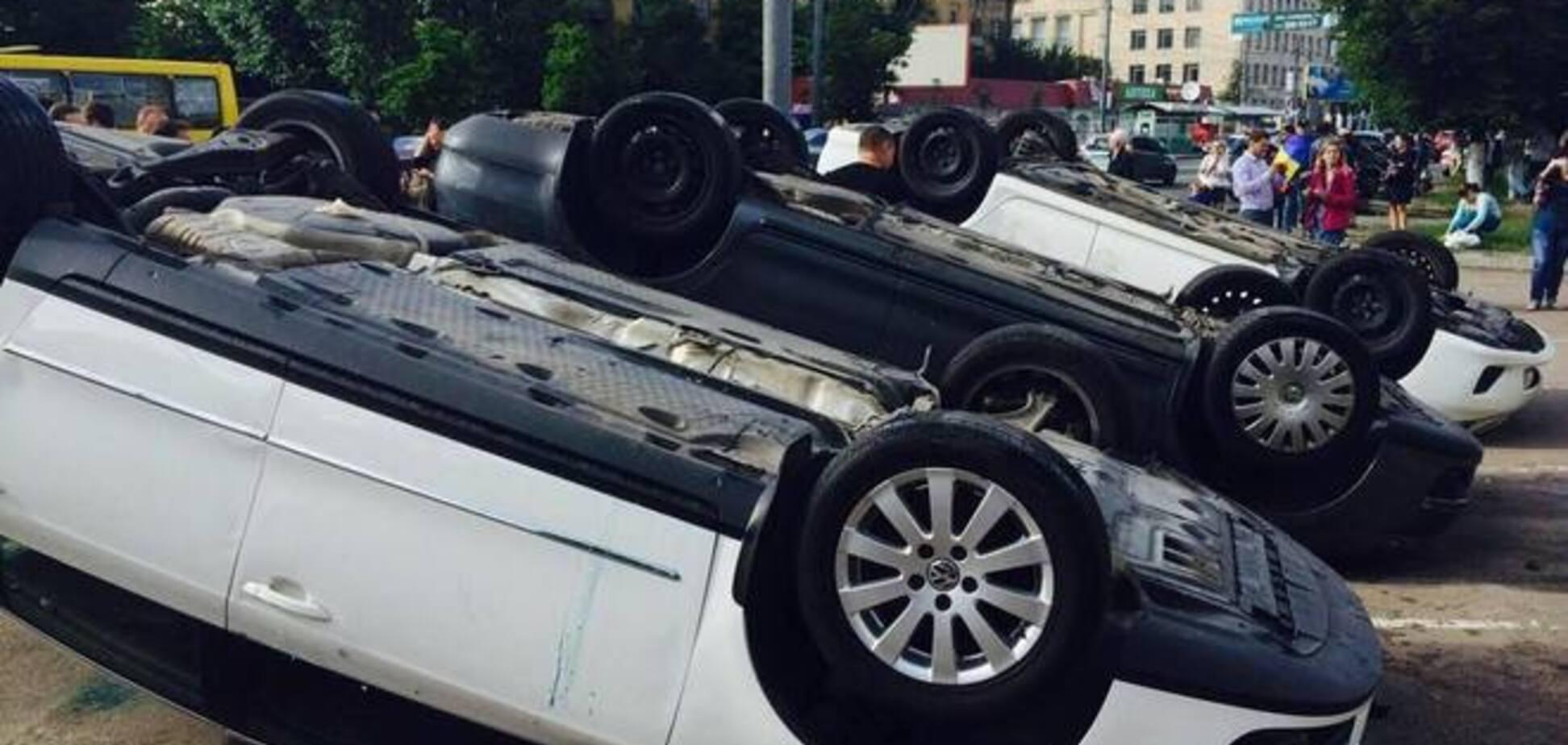 Хулиганы, разгромившие посольство РФ в Киеве, сильно помогли Путину - Немцов