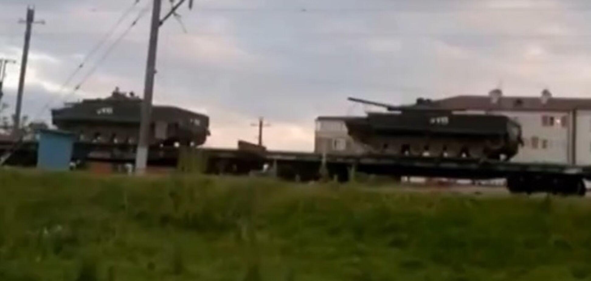 Россия направила к украинской границе 200 единиц военной техники. Видеофакт