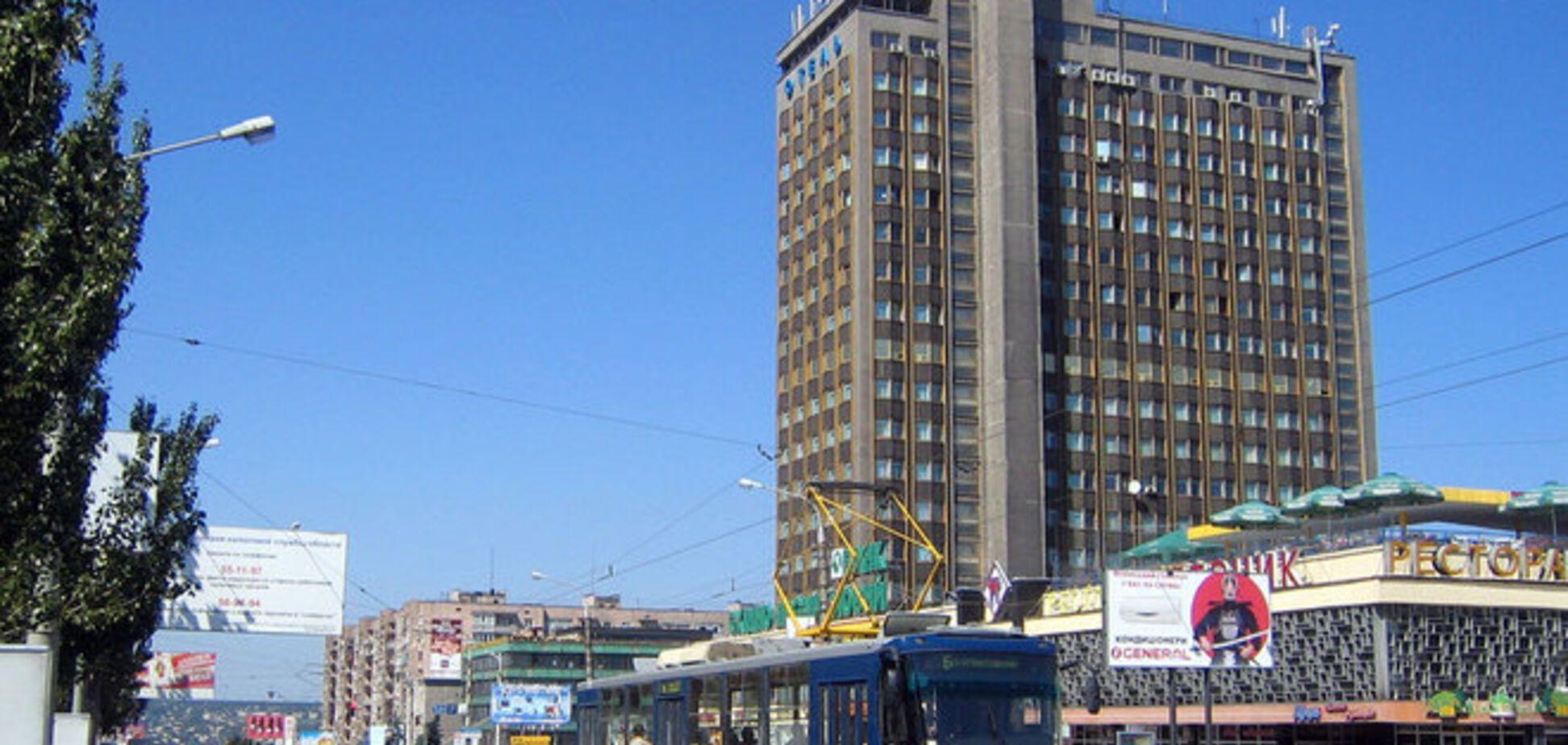 В Луганске осветительный снаряд пробил стену лицея