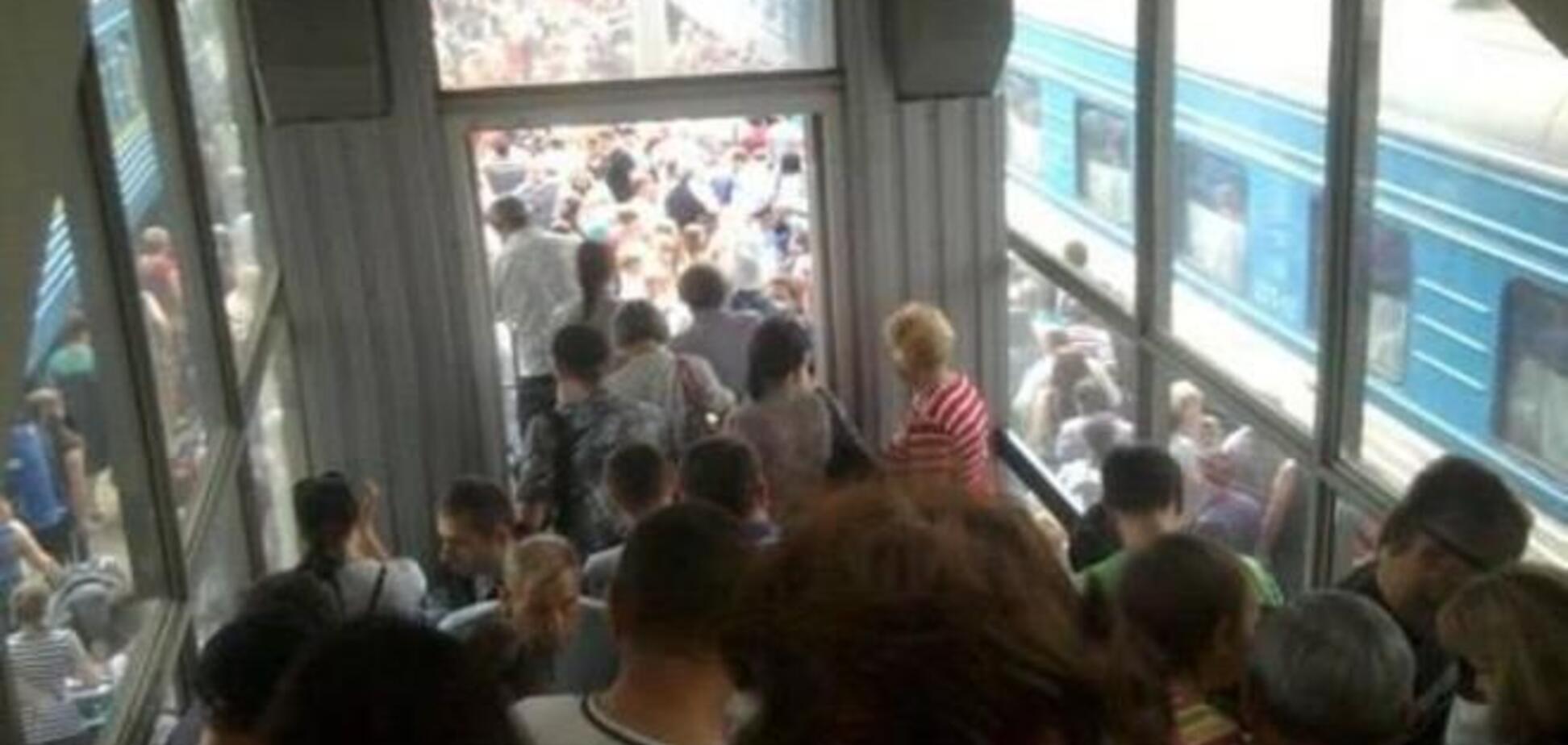 Луганск массово покидают жители. 'Пробки' из людей и машин