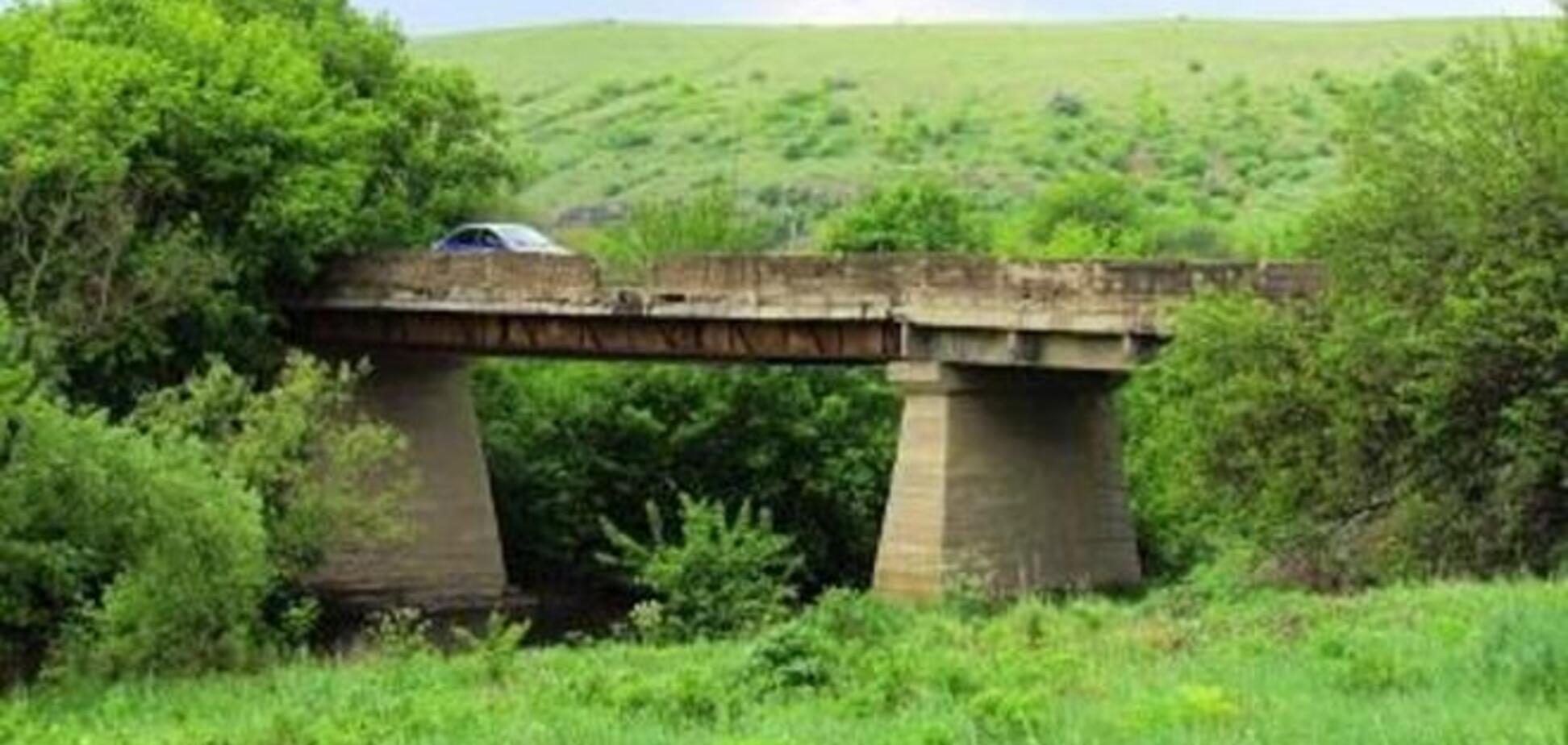 Террористы подорвали еще один мост в Донецкой области. Фотофакт