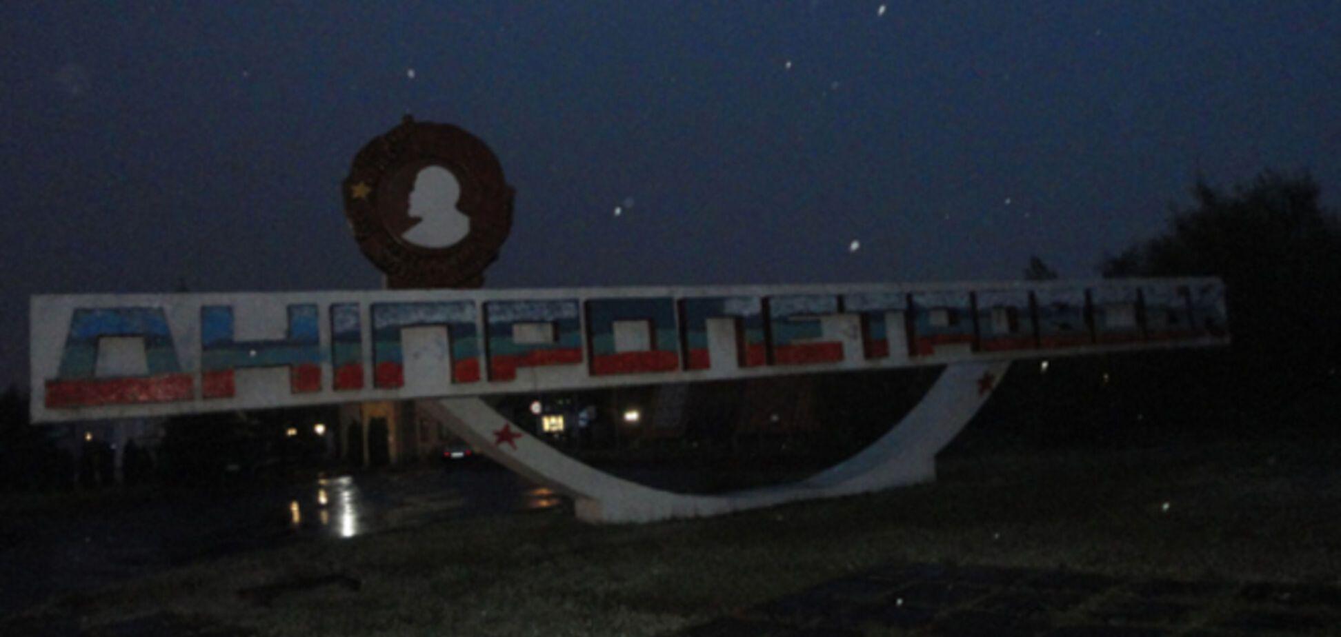 Хулиганам, разрисовавшим стелу 'Днепропетровск' в триколор, грозит до 5 лет