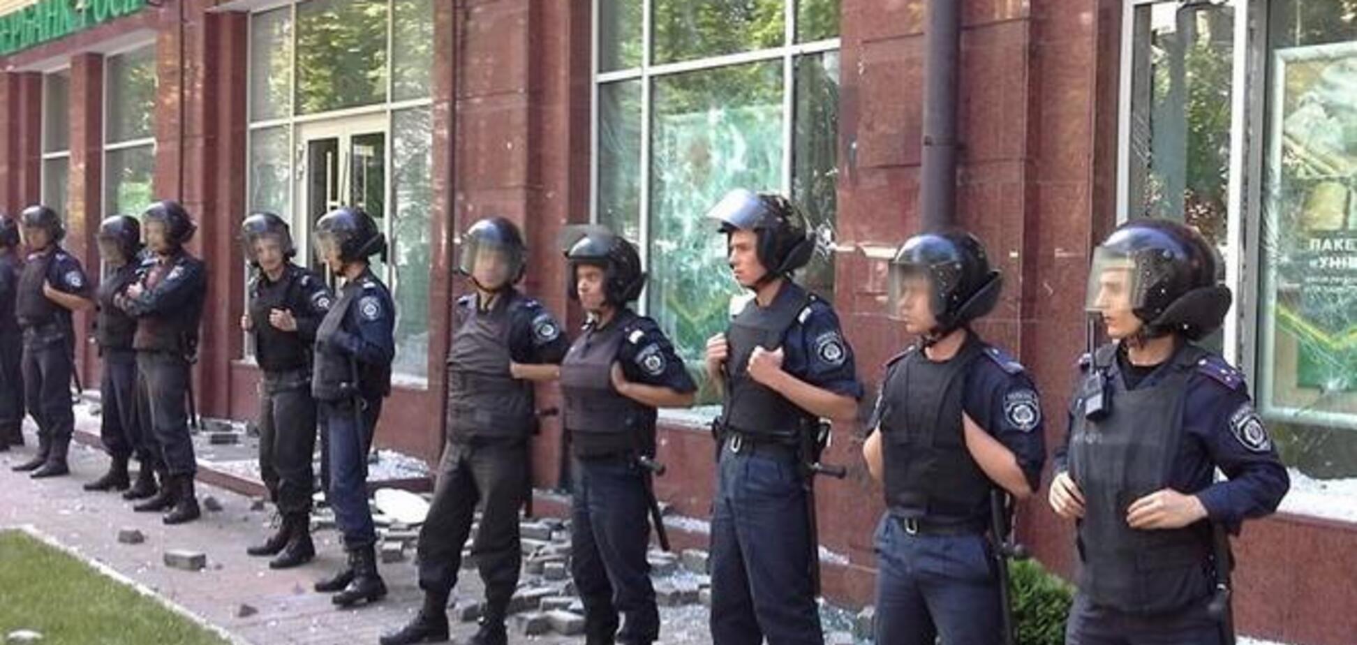 У центрі Києва націоналісти розгромили відділення 'Ощадбанку Росії'