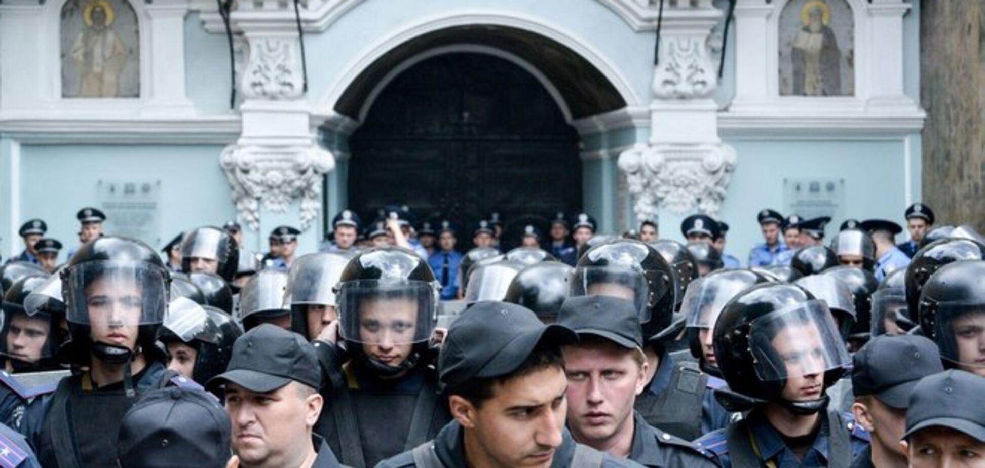 Стычки возле Лавры: активисты подрались с милицией