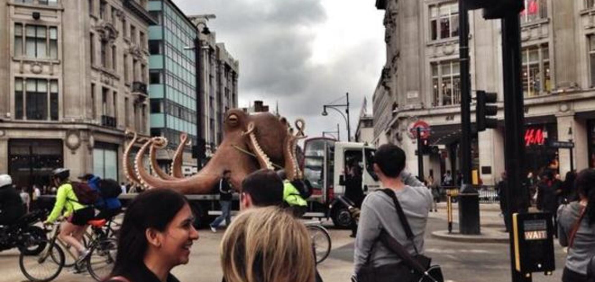 Огромный осьминог устроил затор в центре Лондона. Фотофакт