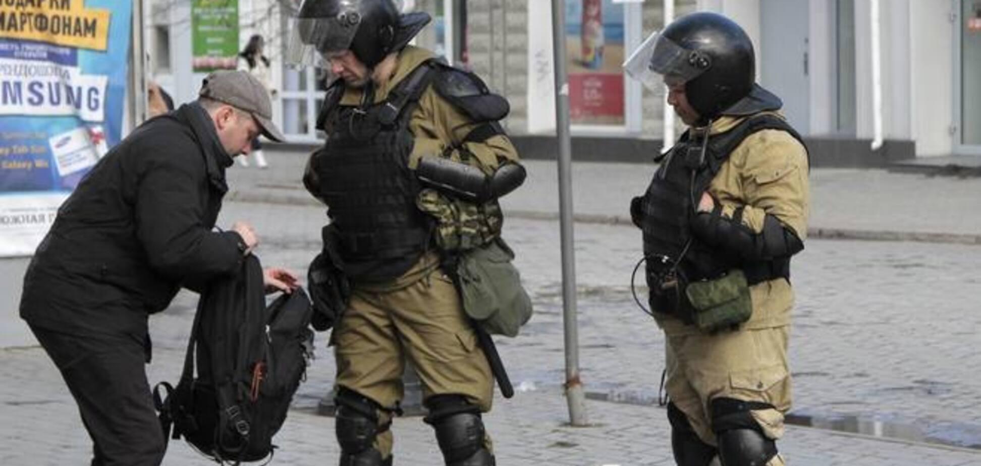 'Самооборона' Крыма побила журналистов за 'оскорбление чести и достоинства высших должностных лиц РФ'