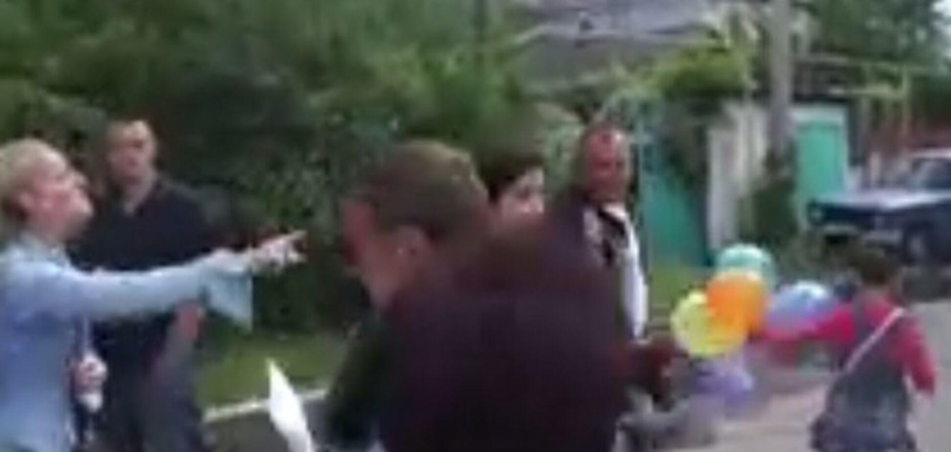 Николаевский антимайдан набросился на ребенка военного с криками: 'Твой отец - убийца!'