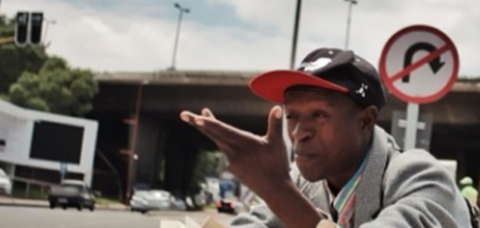 Бездомный африканец прославился на весь мир благодаря любви к книгам