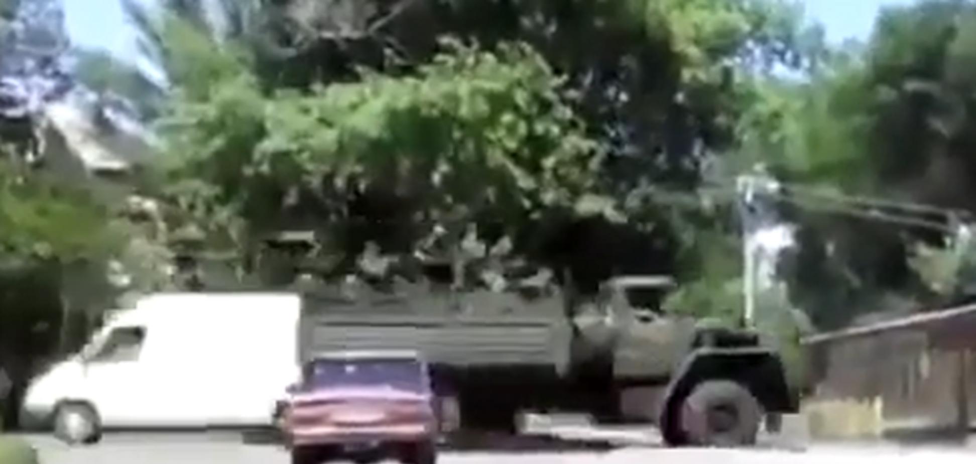 В Снежное заехали БТР и грузовики с террористами. Видеофакт