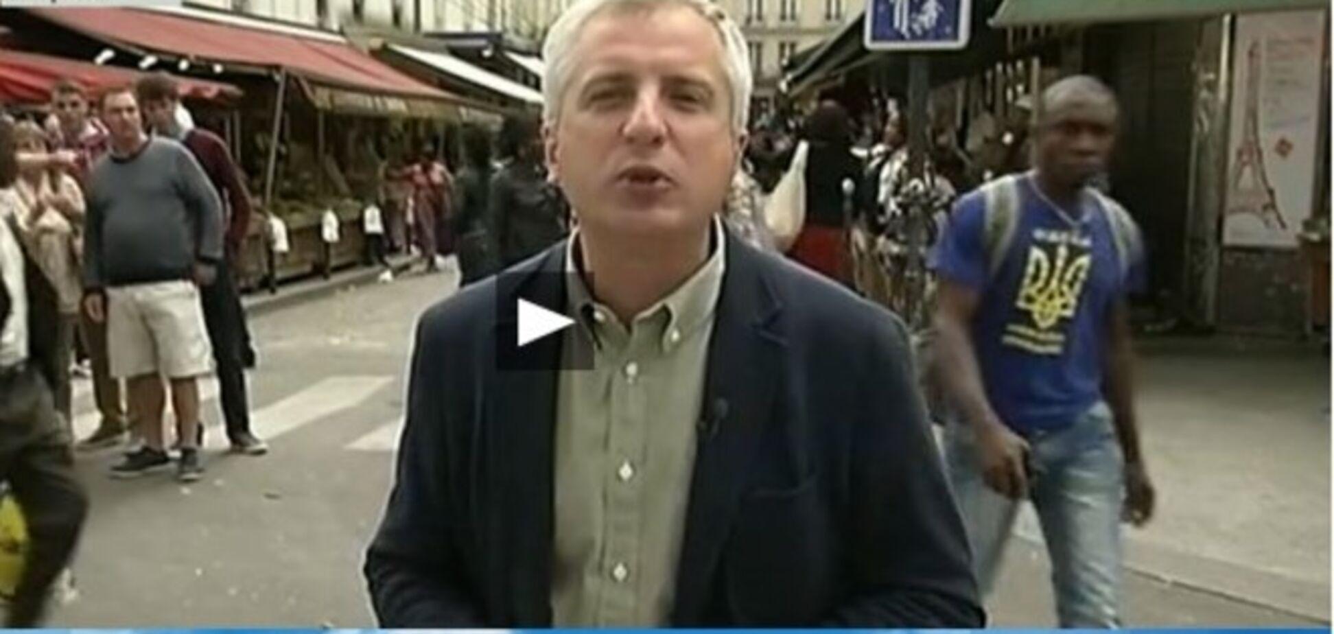 У Парижі африканець з українським тризубом на футболці зіпсував сюжет журналісту Першого каналу