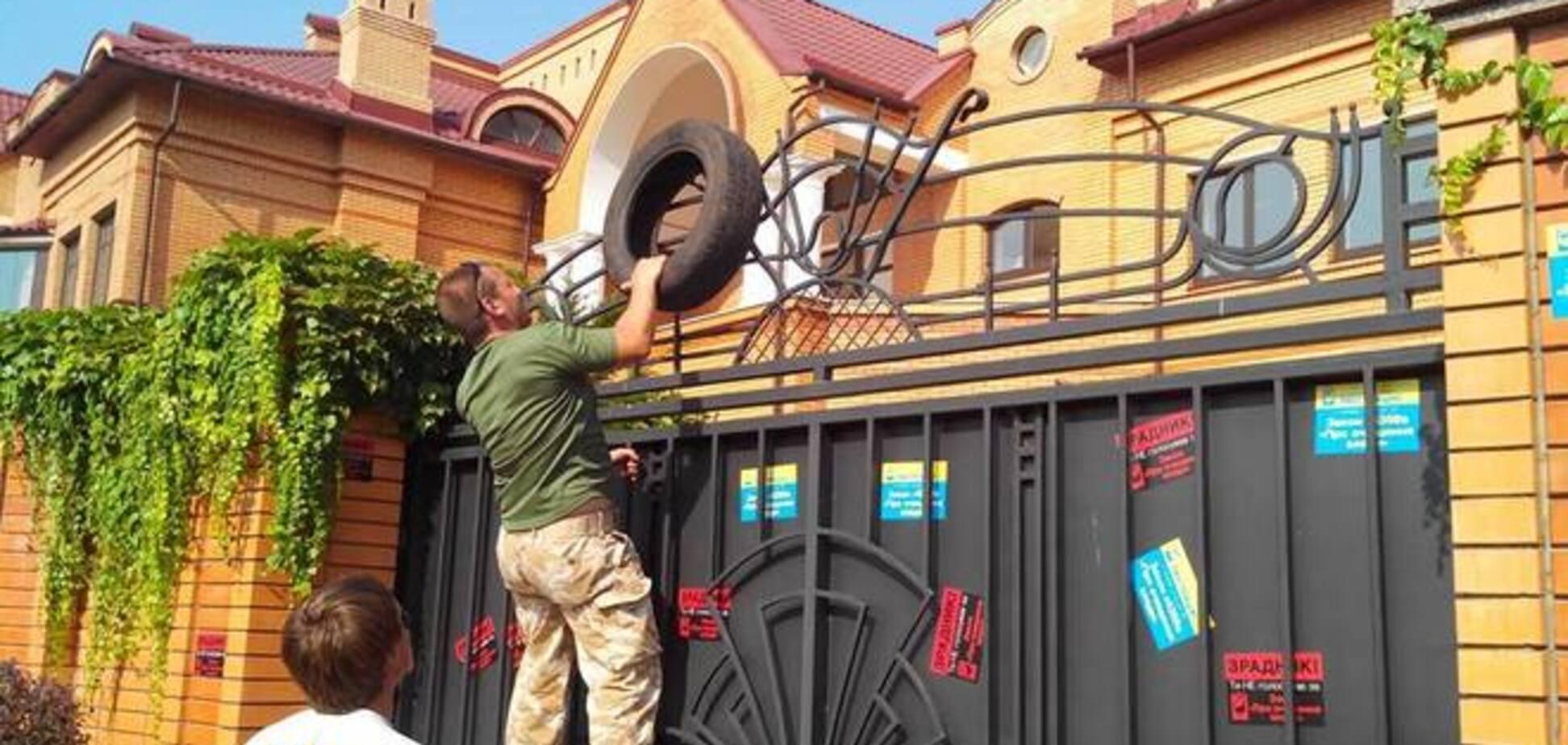 Особняк Кивалова в Киеве 'украсили' шинами