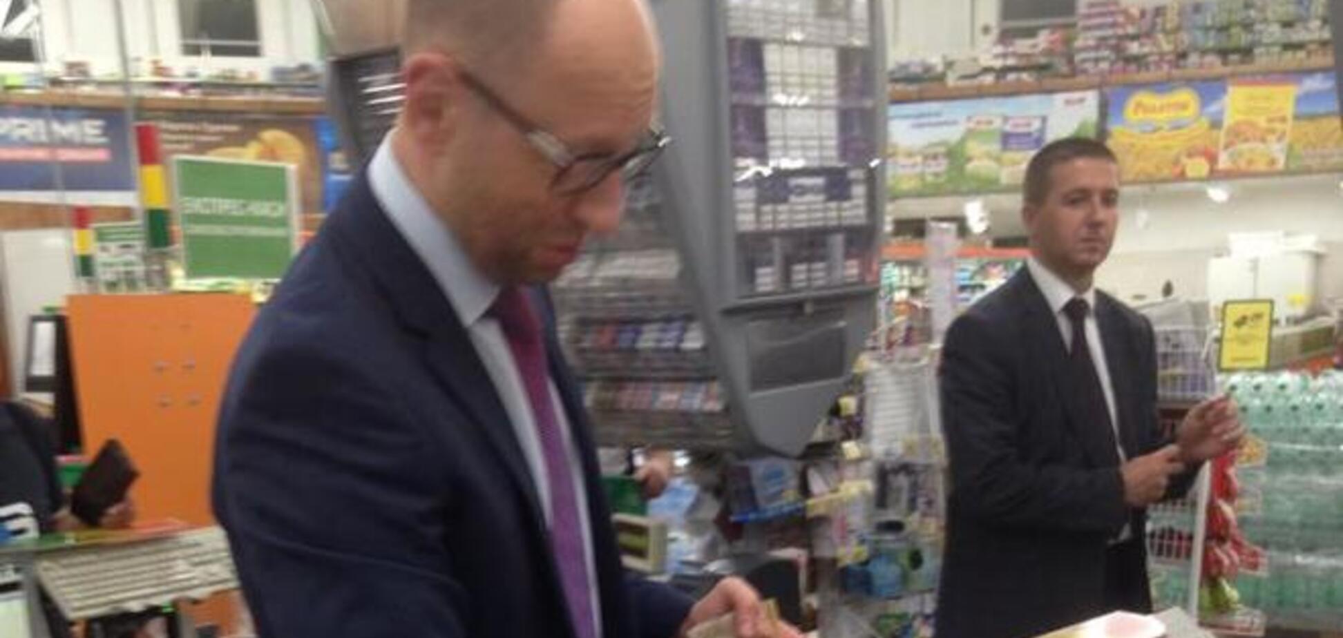 Яценюка 'поймали' на кассе в супермаркете
