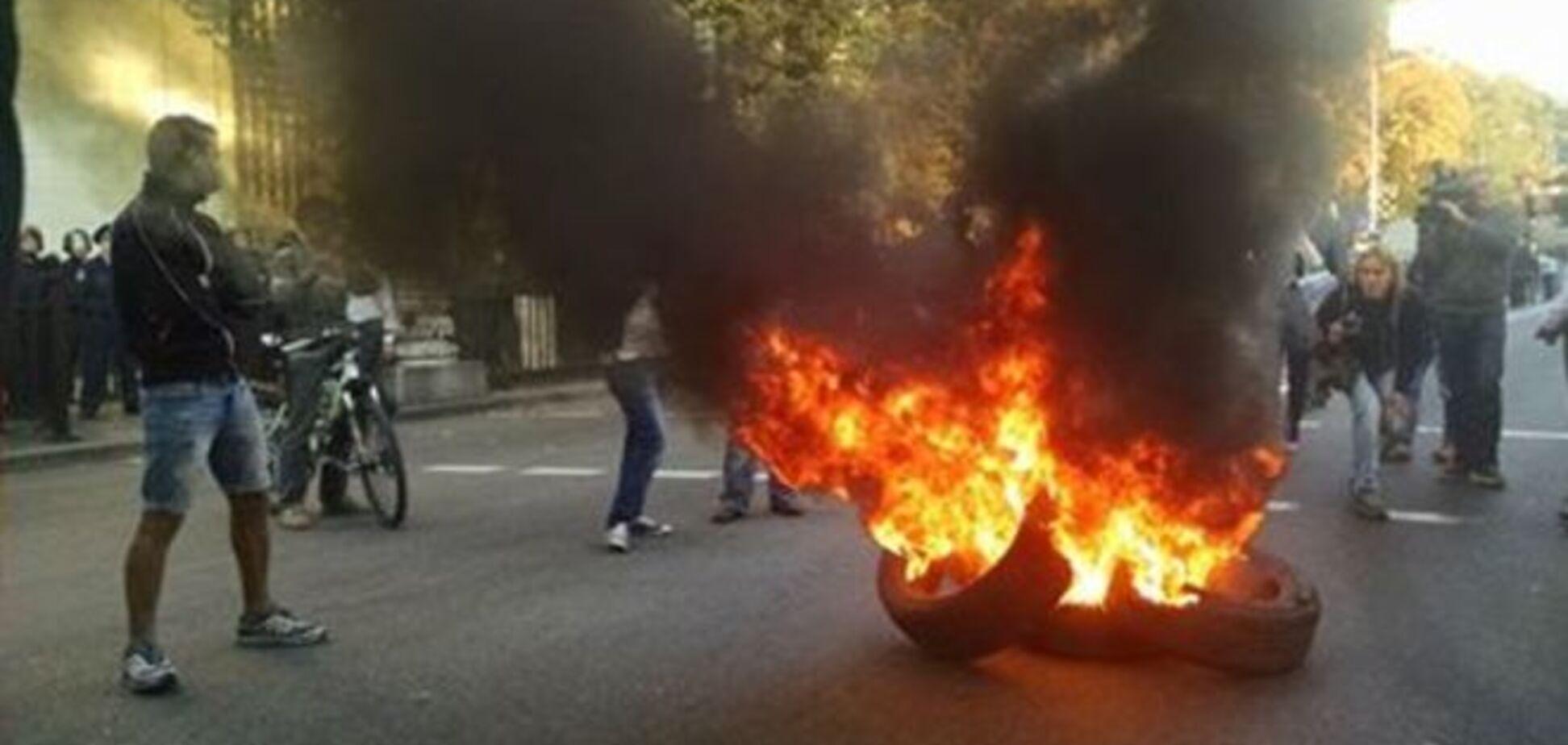 Активисты сломали забор возле Рады, есть раненые