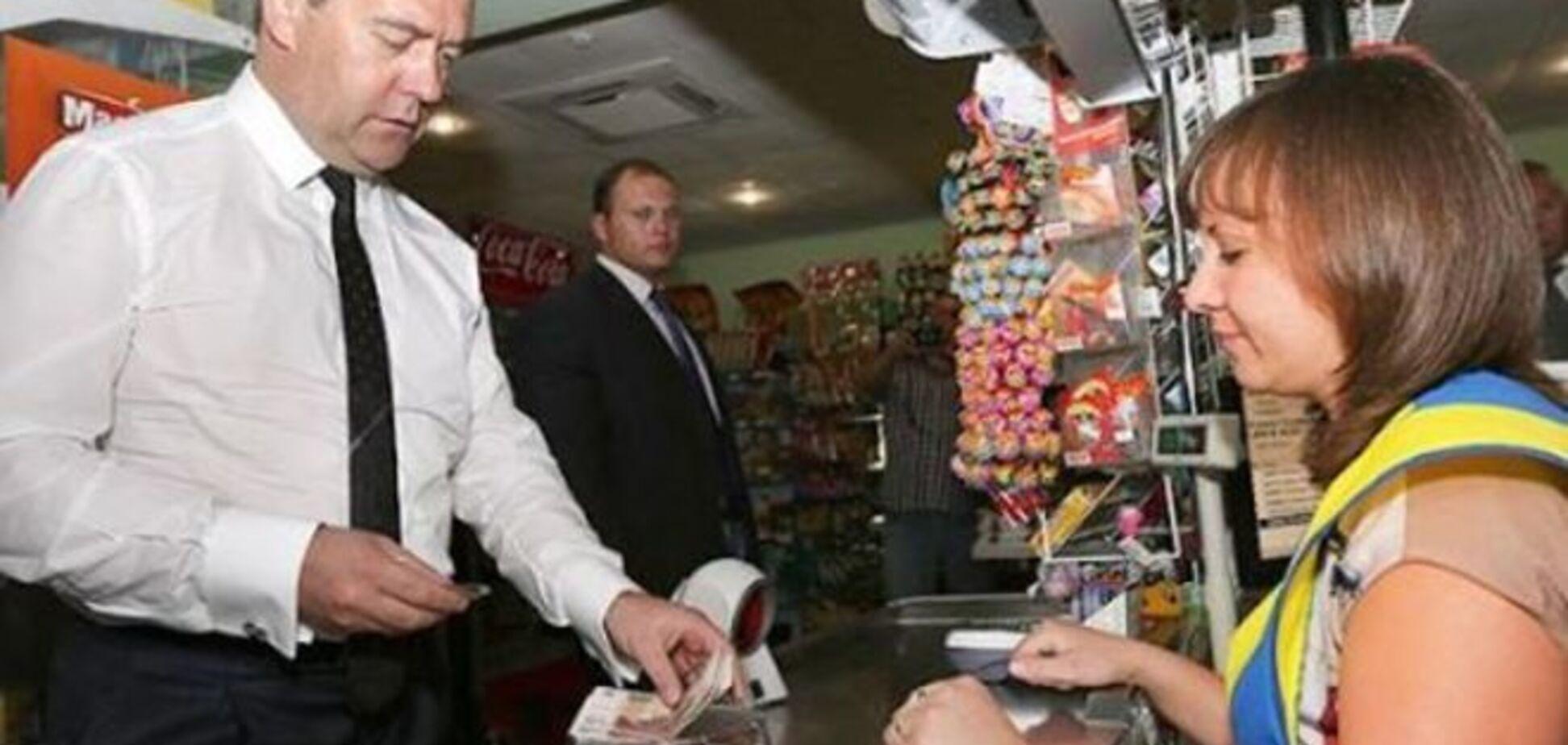 Медведев неудачно повторил за Яценюком поход за продуктами