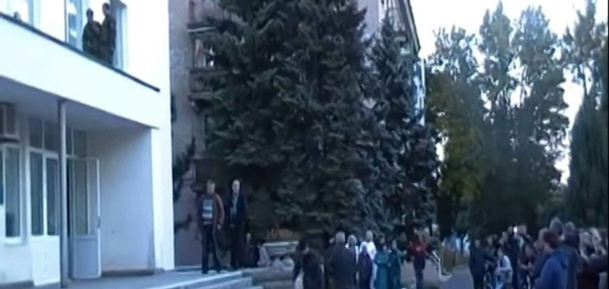 В Ждановке оккупанты вместе с местными жителями 'дружно' топтали флаг Украины