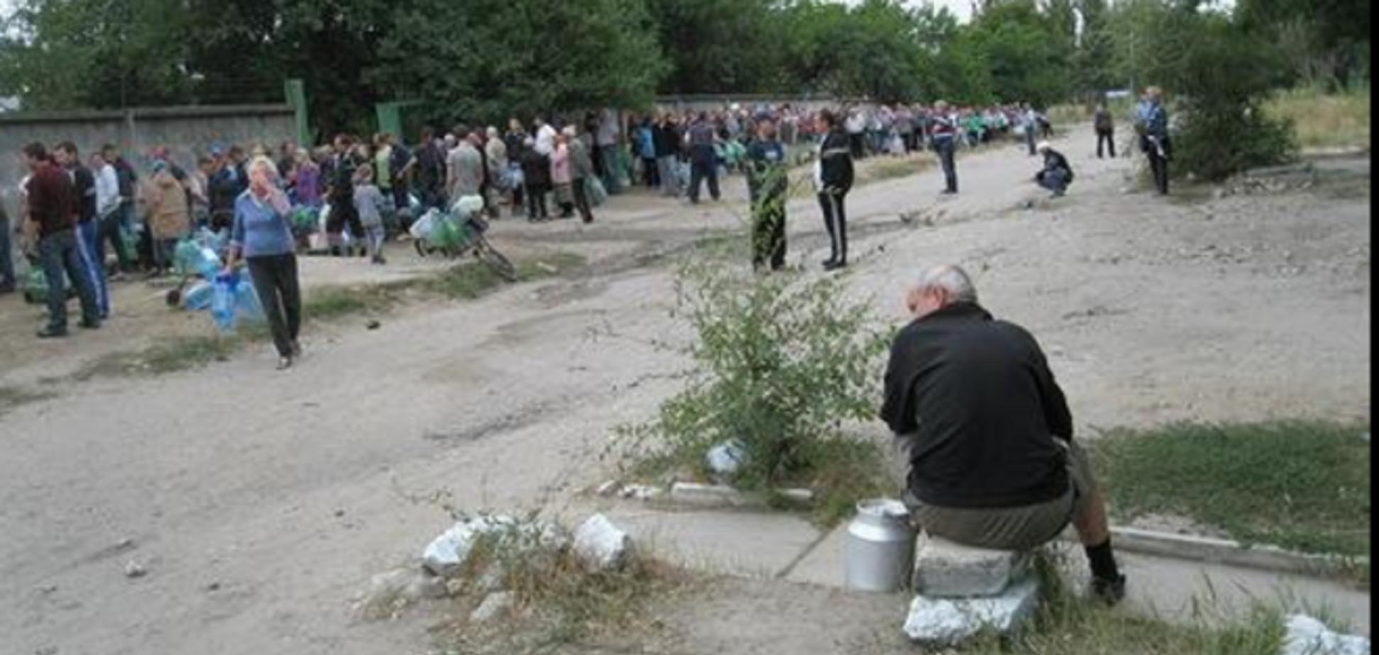 В Луганске 'жизнь наладилась', а очереди за водой остались