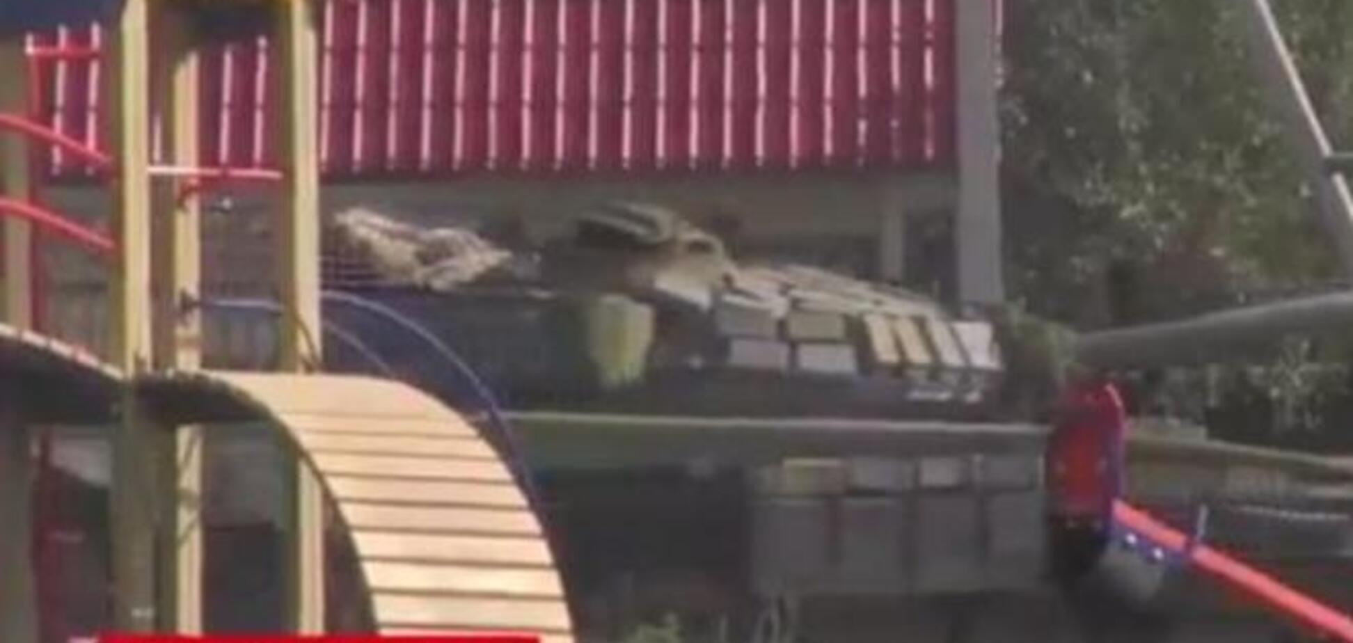 LifeNews показал российский танк на детской площадке Донецка