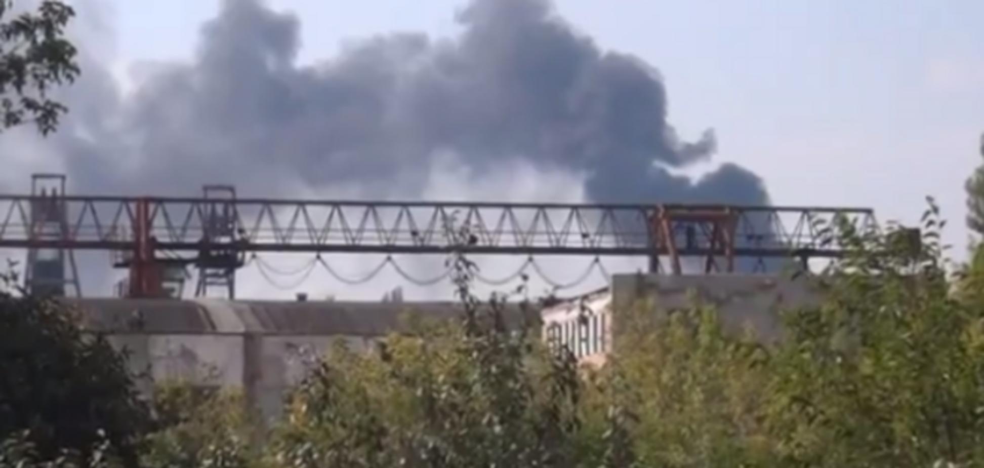 В Донецке из-за попадания снаряда начался масштабный пожар на заводе 'Точмаш'