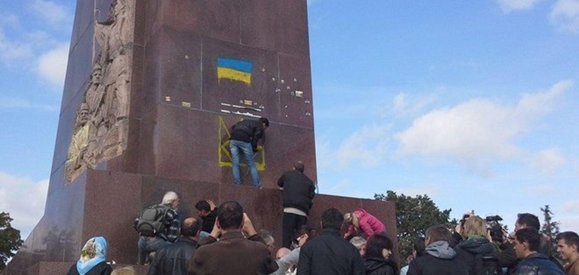 В Харькове пенсионеры-коммунисты 'устроили плач' у постамента поваленного Ленина