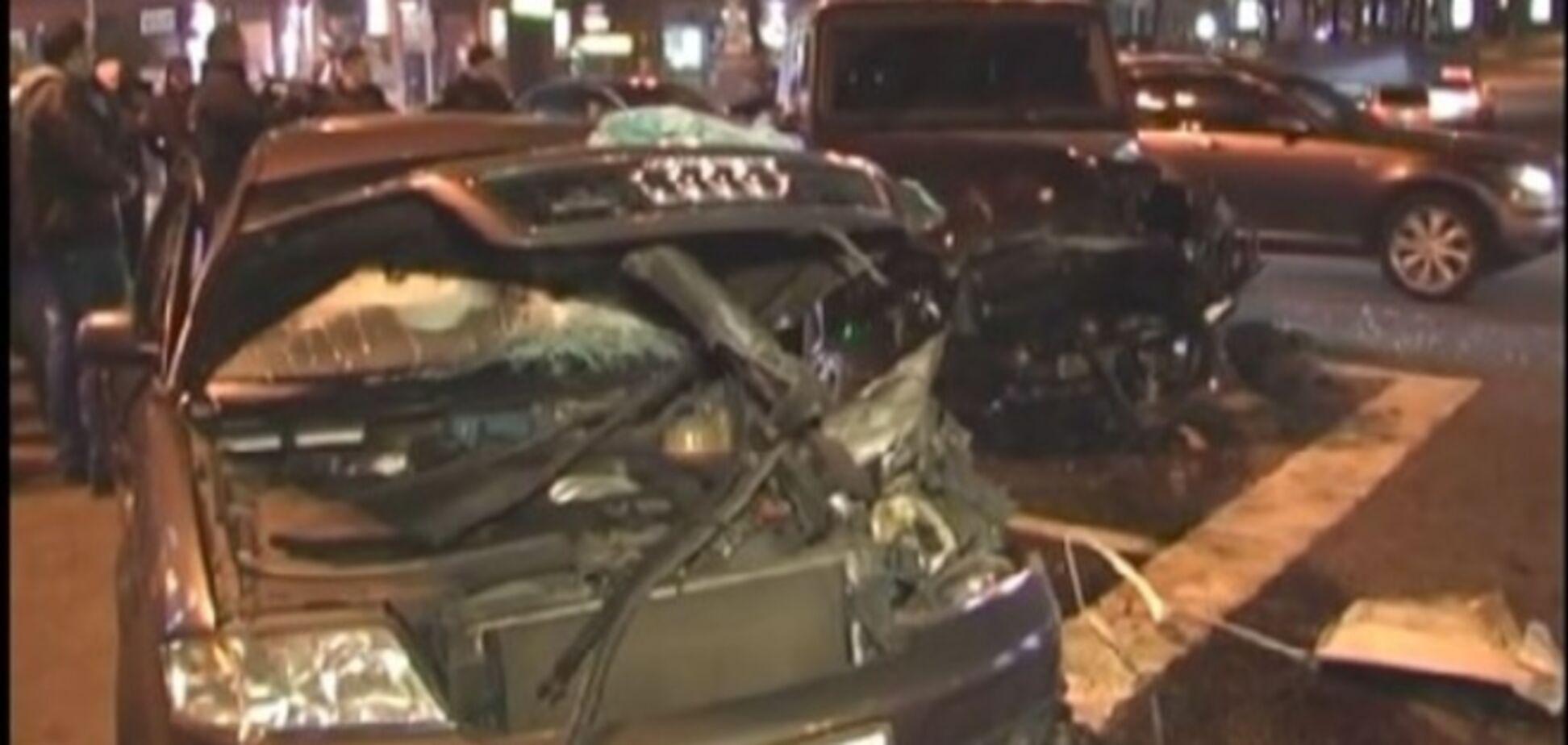 Водитель 'Мерседеса' устроил гонки в центре Киева: 4 человека в больнице. Опубликованы фото аварии