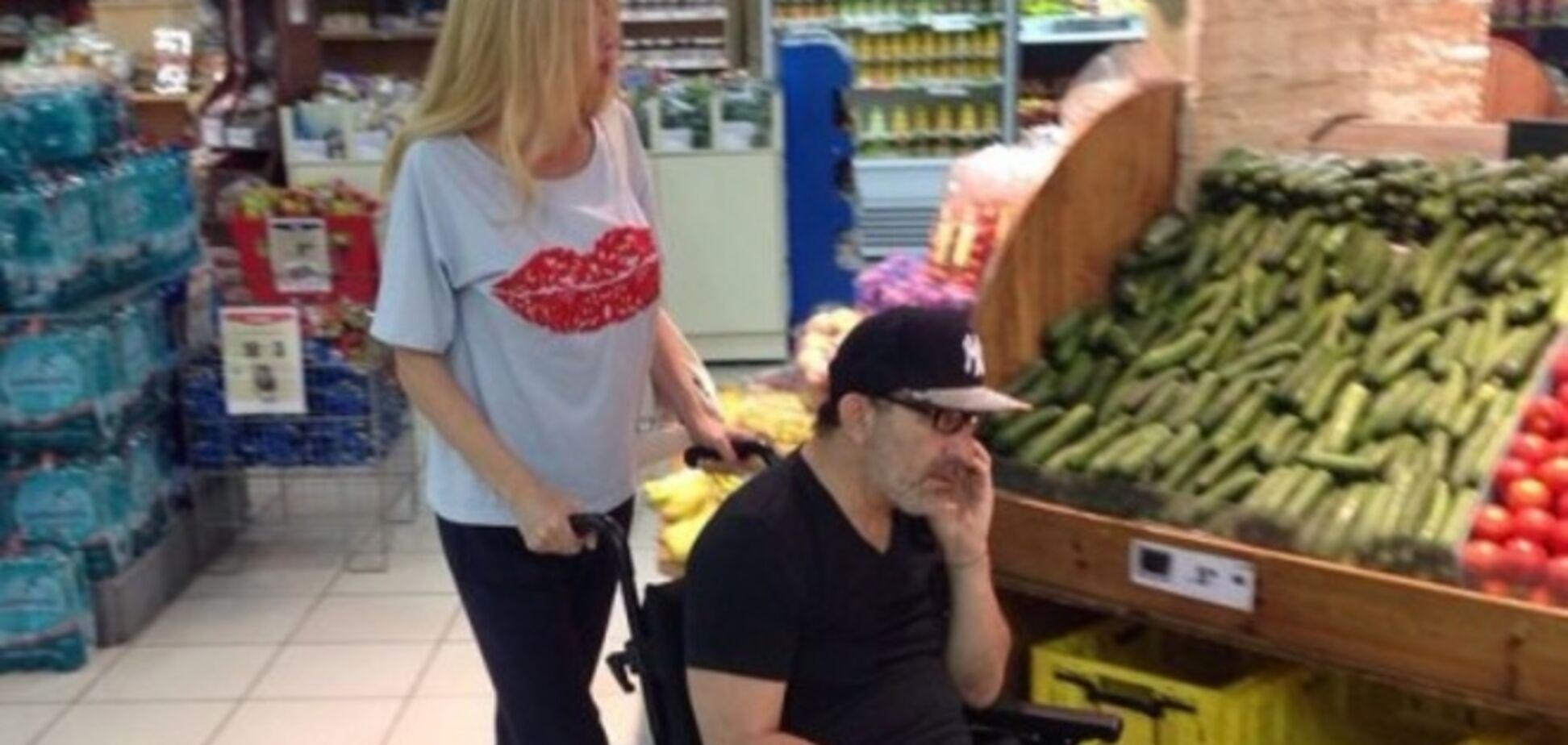 Кернес опубликовал фото похода в супермаркет в инвалидном кресле