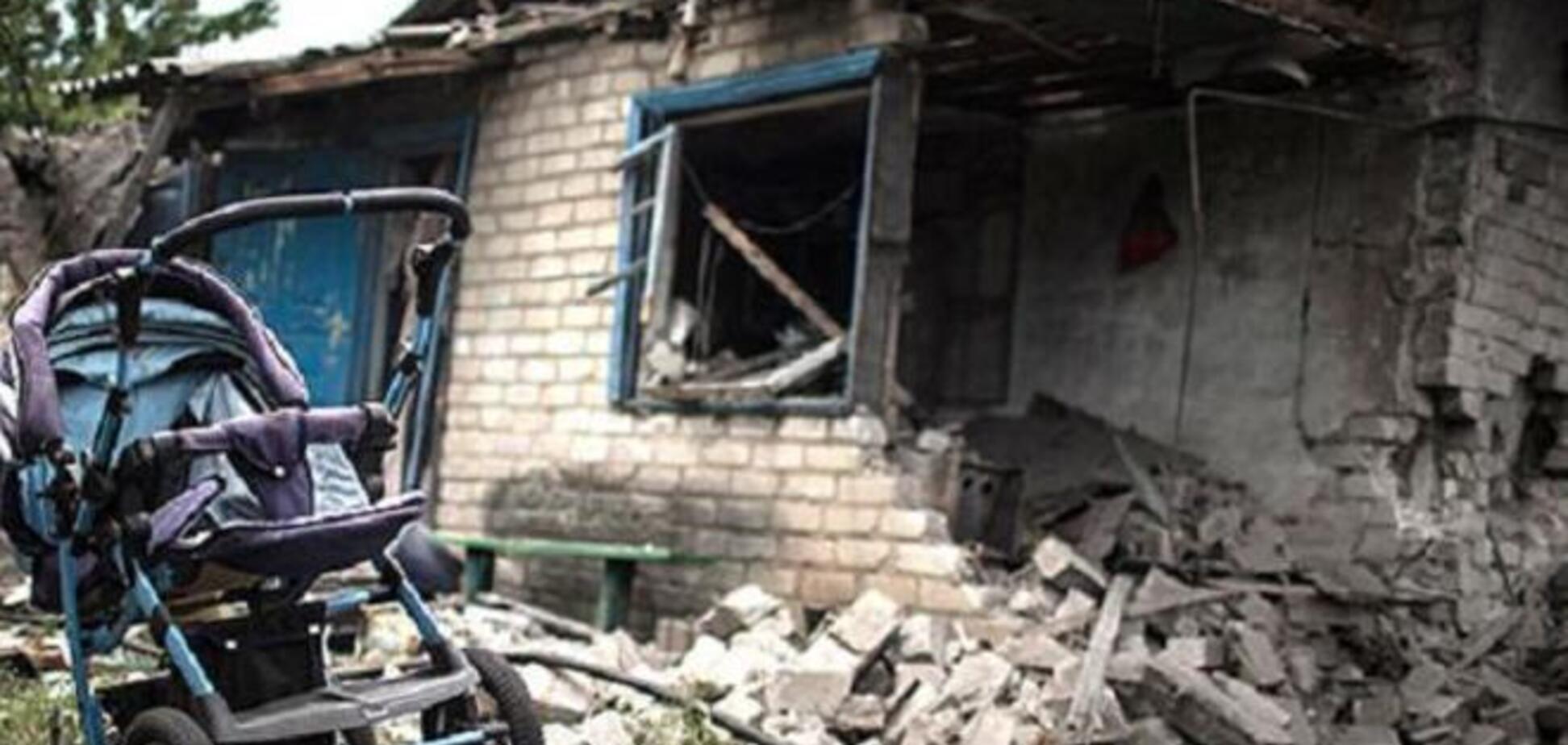 Снаряды 'накрыли' Марьинку: 9-летний мальчик погиб на глазах родителей, его 14-летний брат и бабушка ранены
