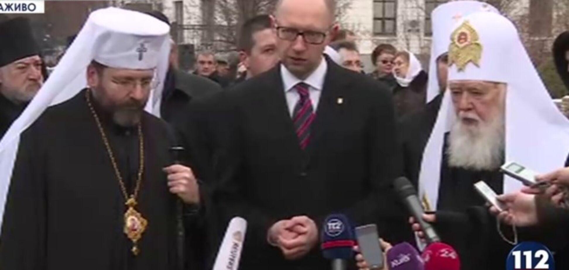 Яценюк возложил ответственность за обстрел донецкой остановки на Россию
