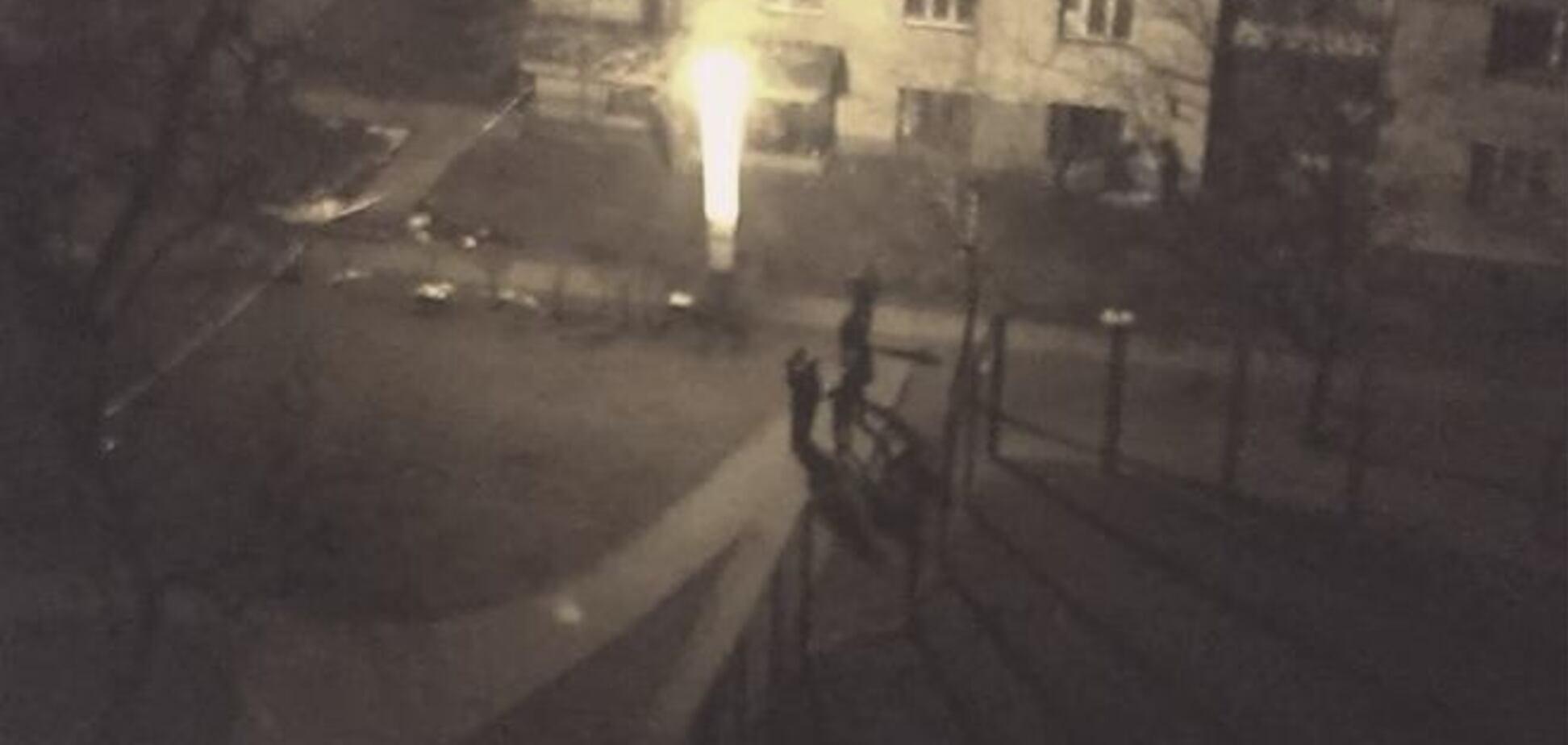 В Киеве во дворе жилого дома прогремел взрыв: опубликованы фото