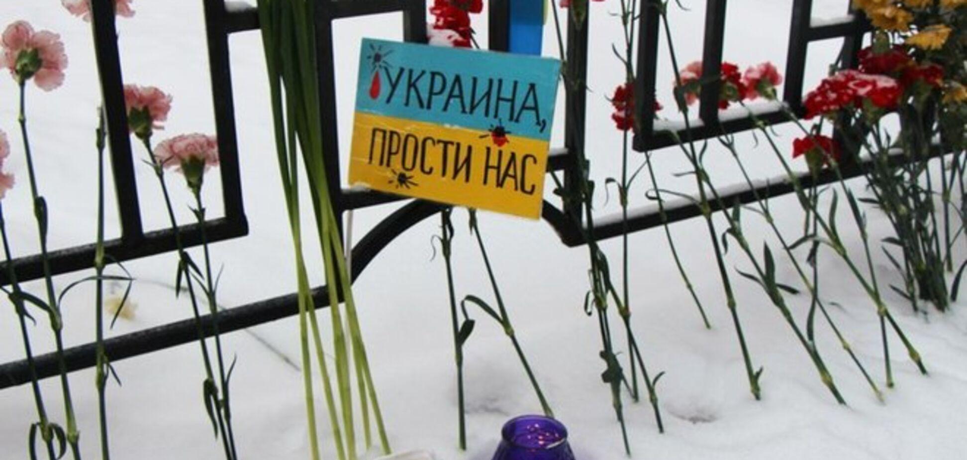 'Украина, прости нас!': жители Санкт-Петербурга пришли к украинскому посольству с цветами и свечами