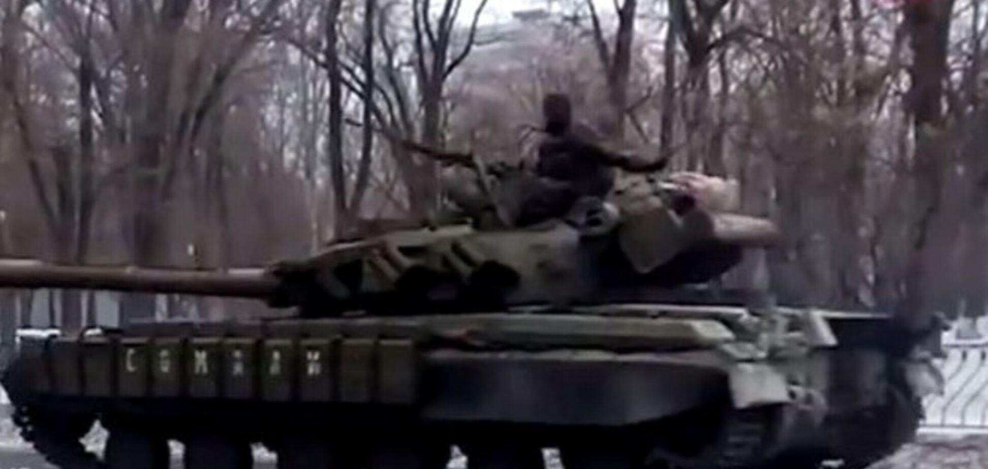 Колонна бронетехники террористов движется на Пески: опубликовано видео