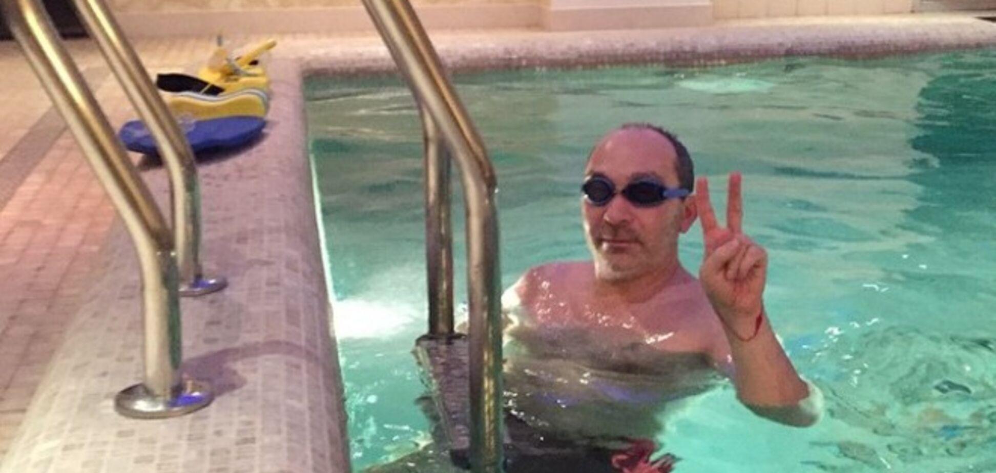 Паралізований Кернес показав, як займається в басейні