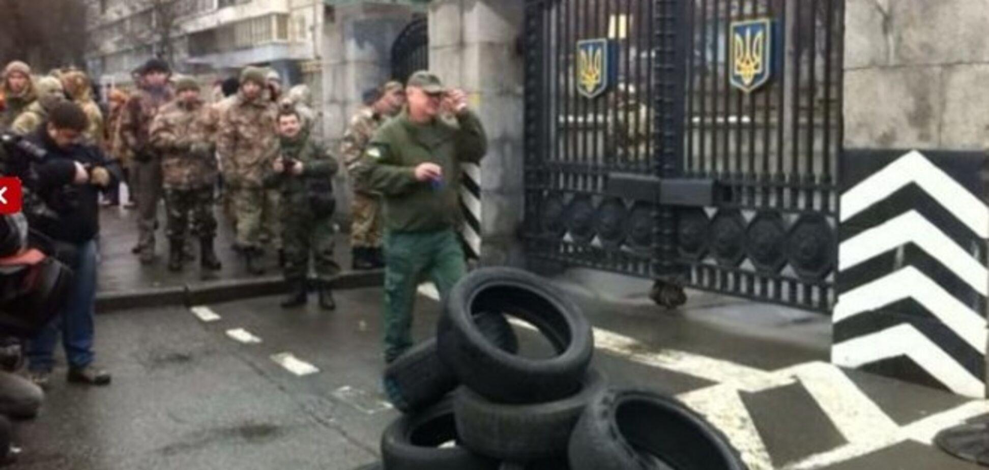 'Айдаровцы' принесли под Минобороны шины: опубликованы фото