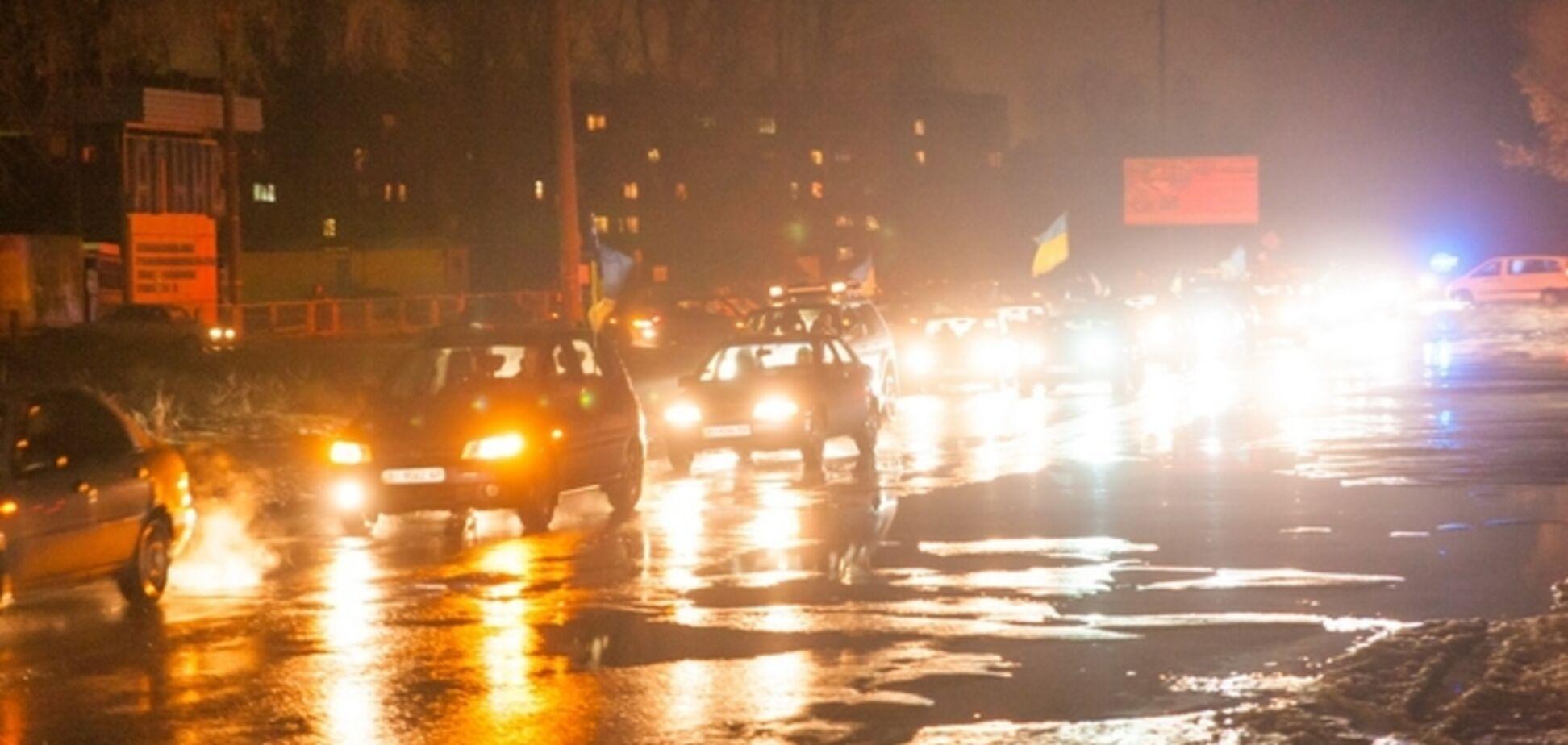 На Полтавщине около сотни машин встречали погибшего бойца АТО: фото и видео с места событий