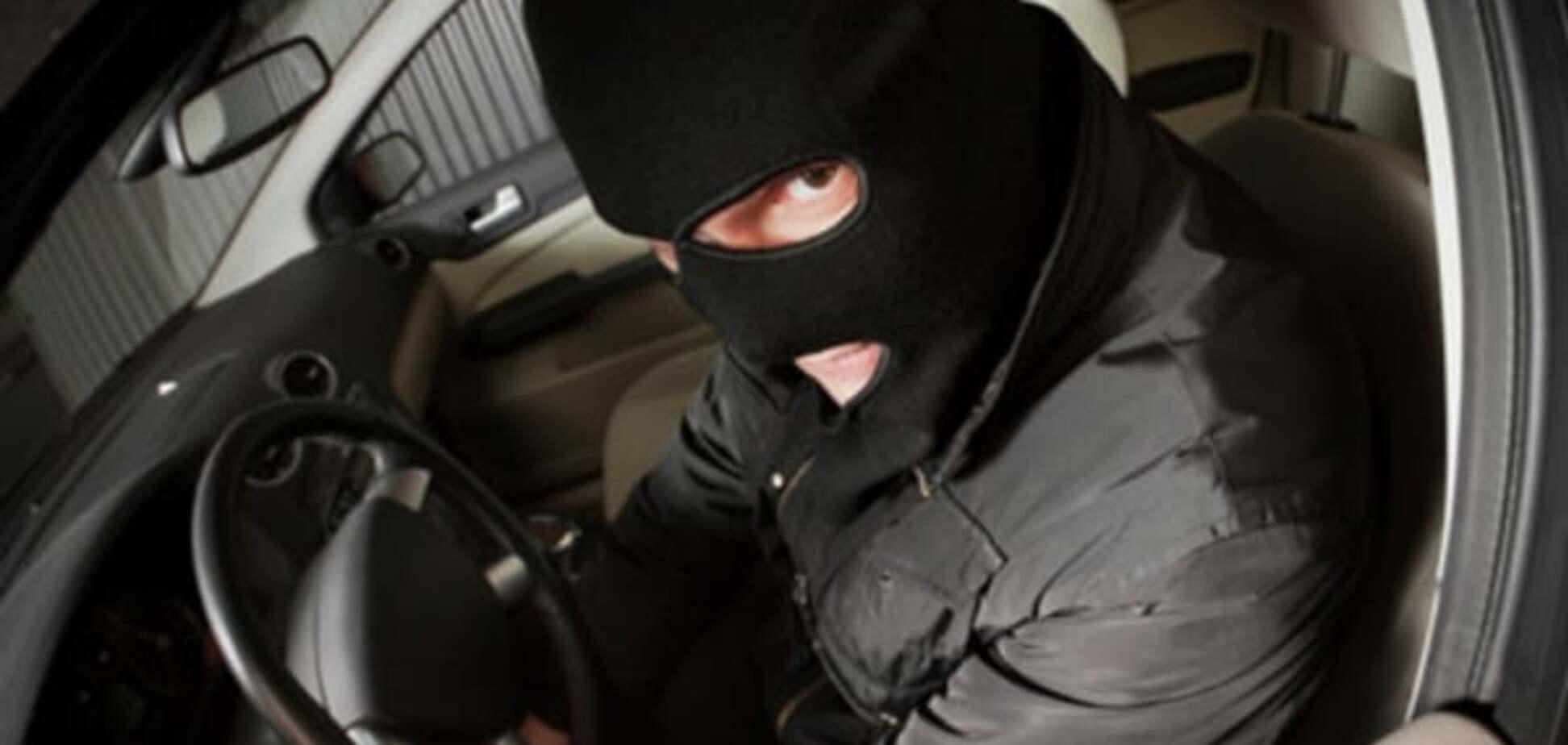 У Вінниці затримали сплячого за кермом автовикрадача: відеофакт
