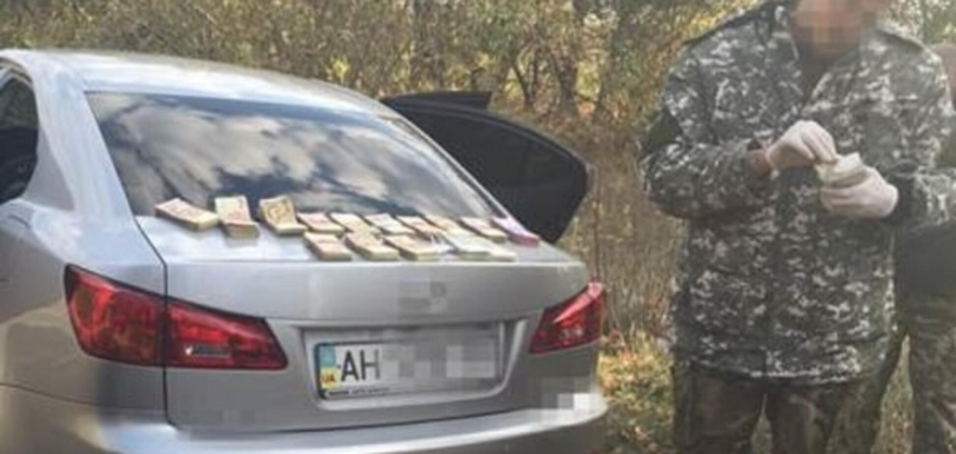 На Донеччині двоє СБУшників вимагали у бійців АТО хабар у 350 тис. грн: відеофакт