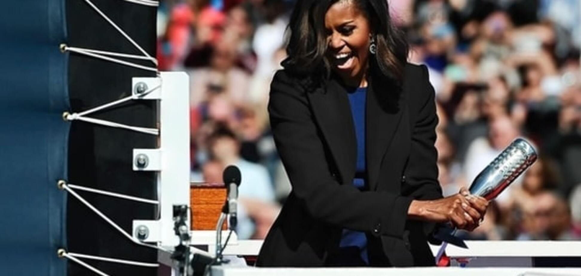 Бог любит троицу: Мишель Обама несколько раз била шампанским о новую субмарину. Фото и видеофакт