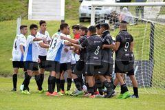 Футбольный матч юношеских команд в Уругвае закончился рукопашной на поле: видео инцидента
