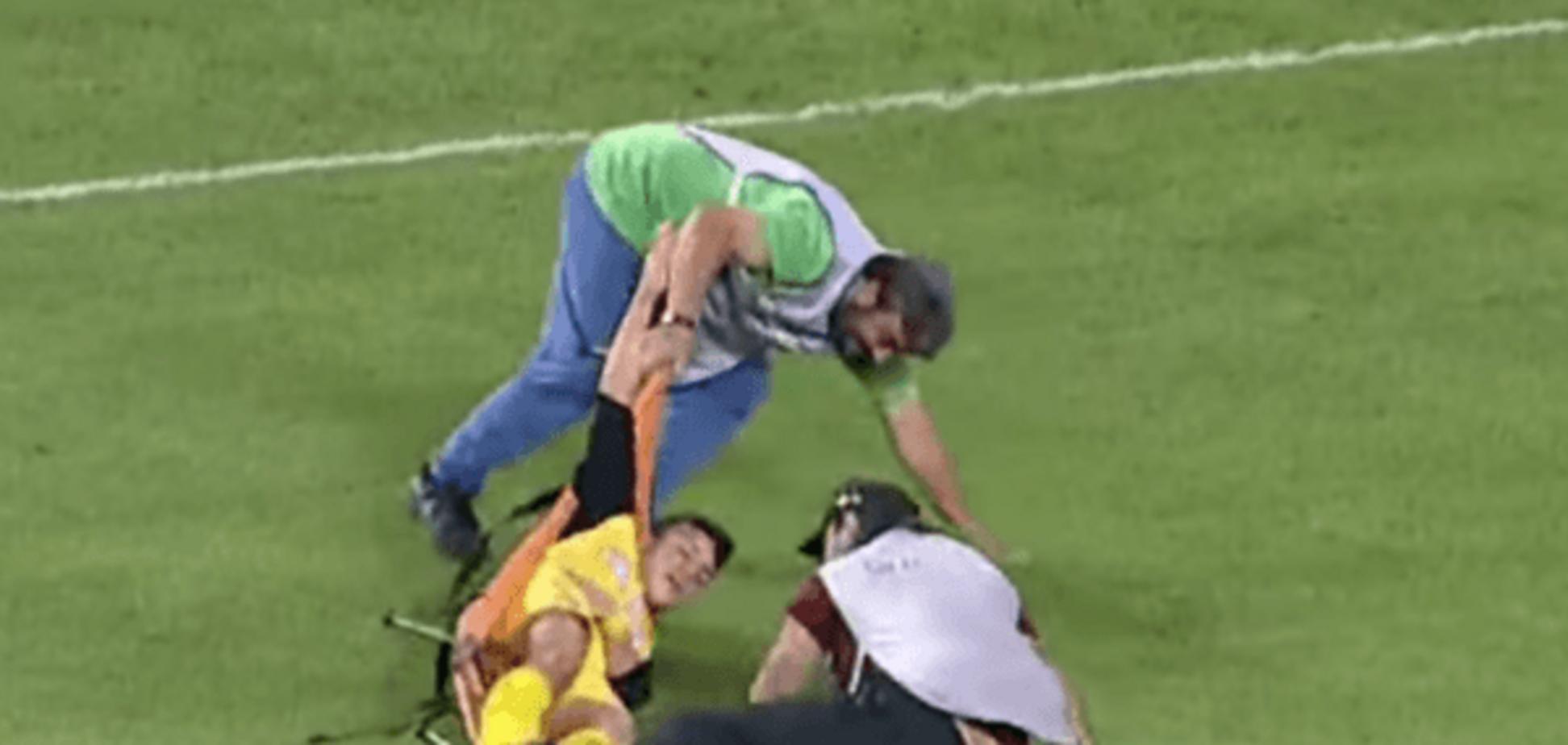 'Два дебила - это сила': неуклюжие футбольные санитары устроили 'Камеди-клаб' на поле