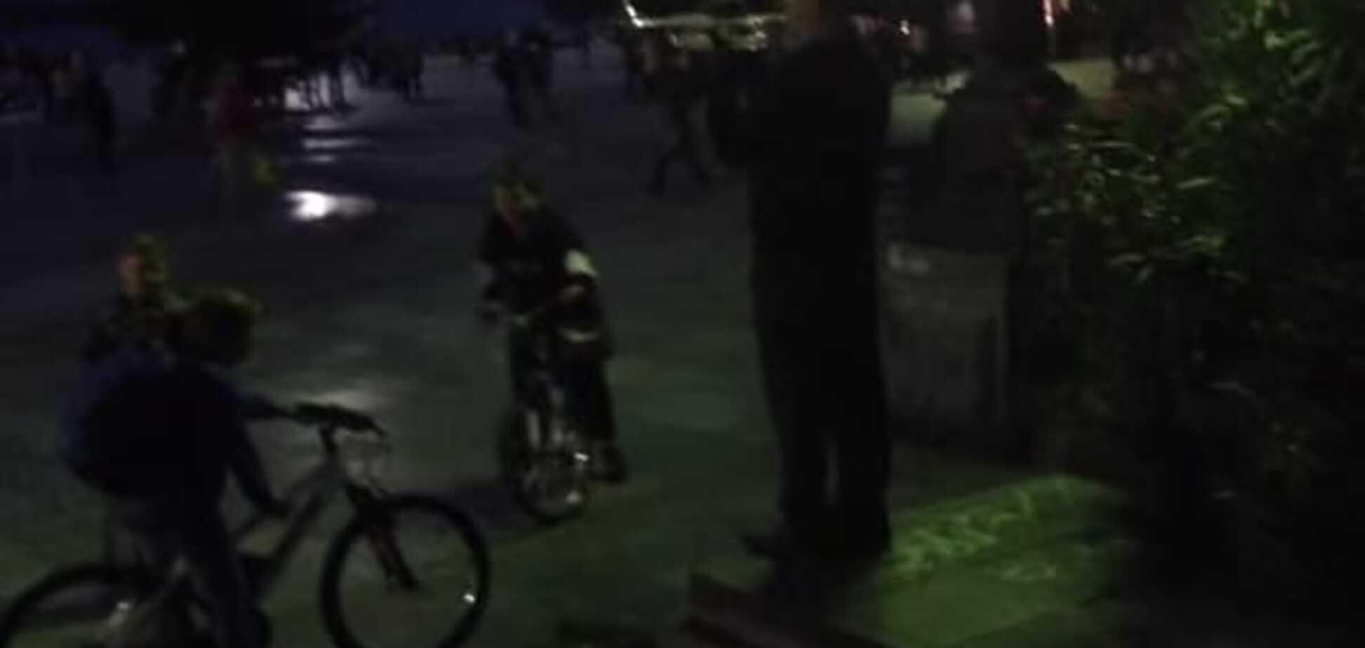 Вуличний музикант в окупованому Криму зібрав дітей Гімном України: відеофакт