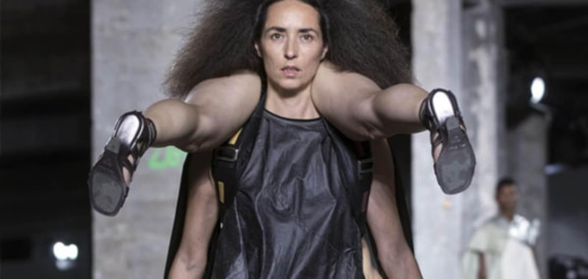 Мода не для всіх: 'дівчина-рюкзак' зробила фурор в Парижі