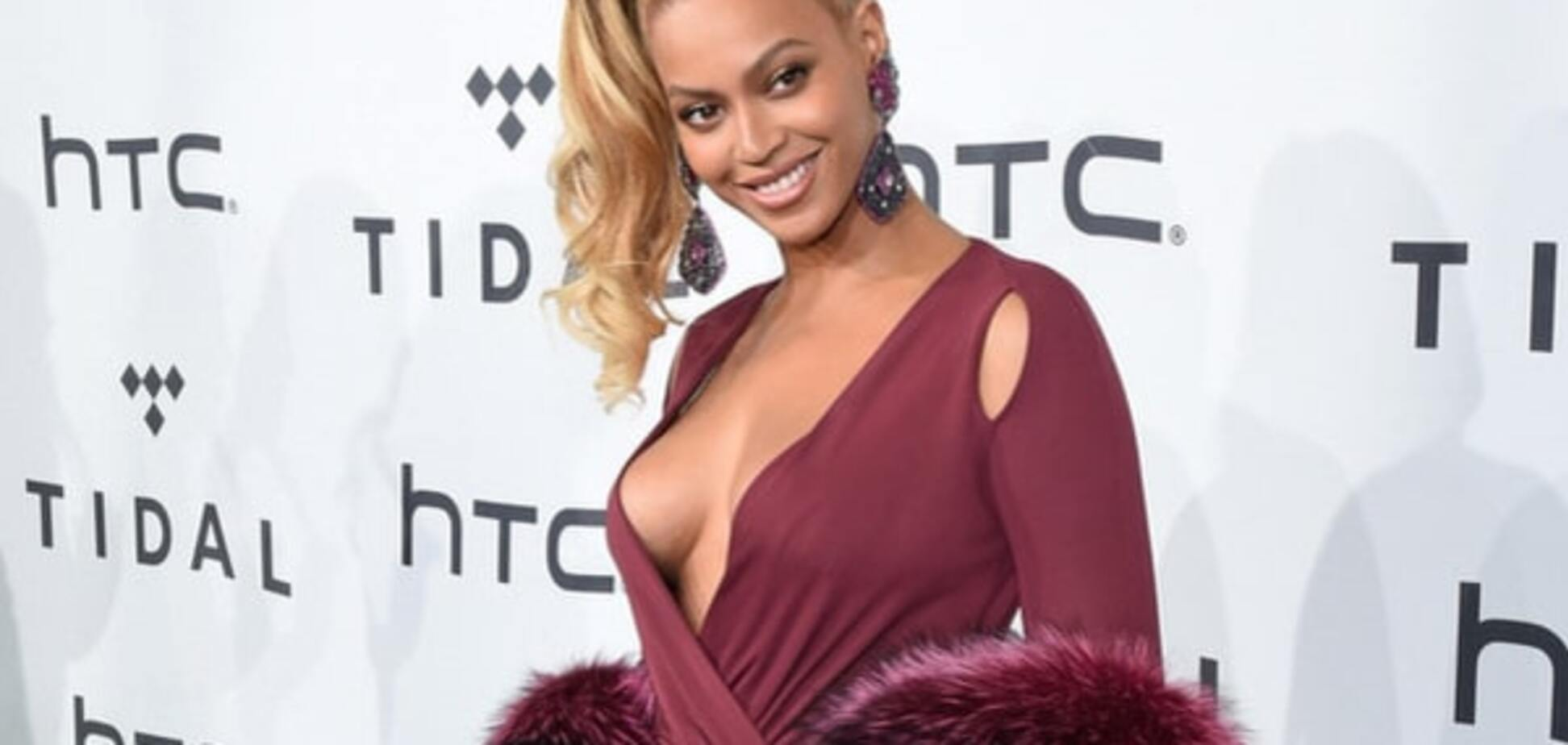 Образ дня: Бейонсе потрясла роскошным платьем с мехом и глубоким декольте