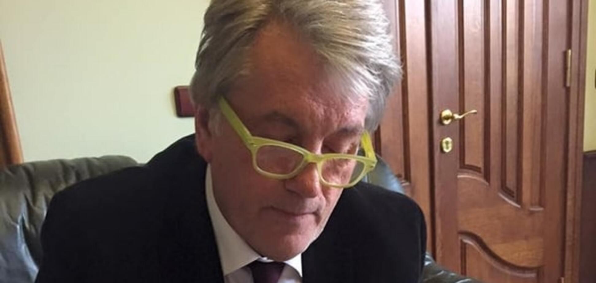 Модний Ющенко з'явився у жовтих хіпстерських окулярах