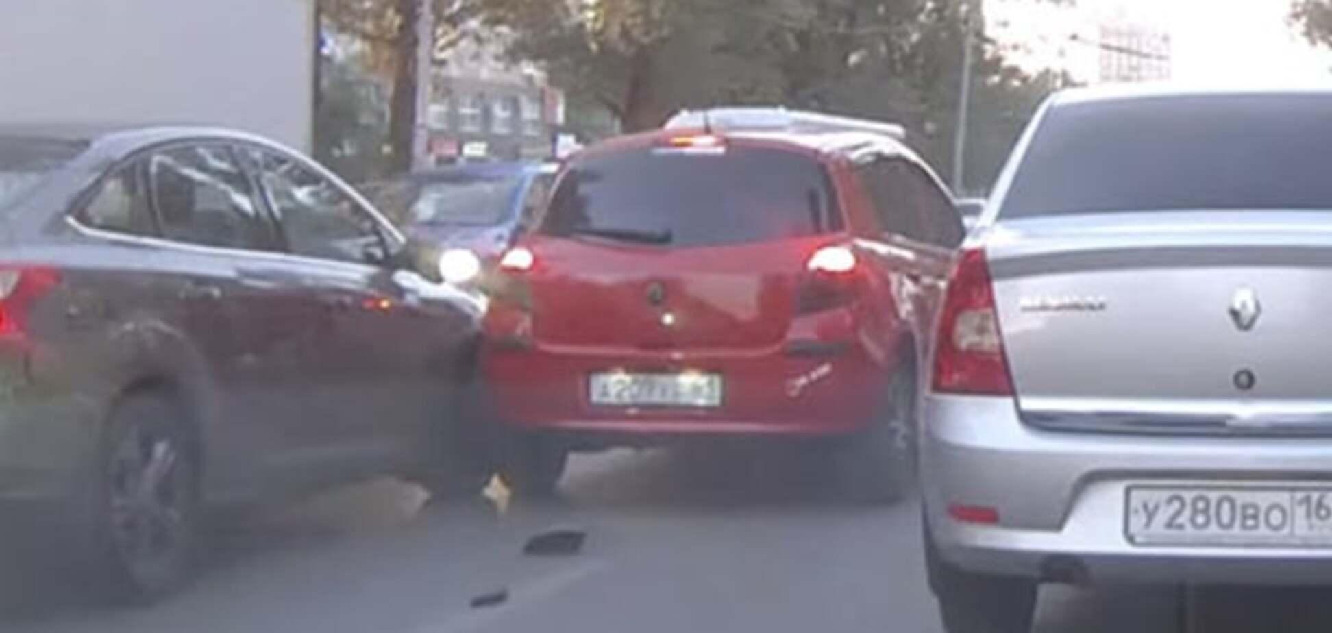 В России голубь стал причиной ДТП из трех машин: видео происшествия