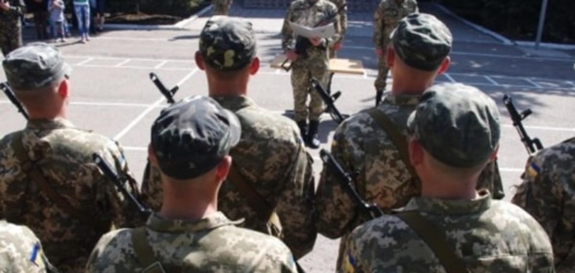Речовий скандал: солдатам АТО видали пару валянок на двох