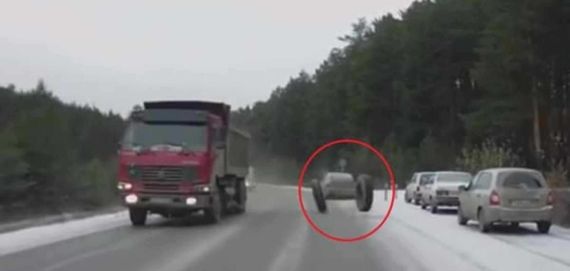 Берегись, на ходу отлетают колеса: видео приключений китайского грузовика в России